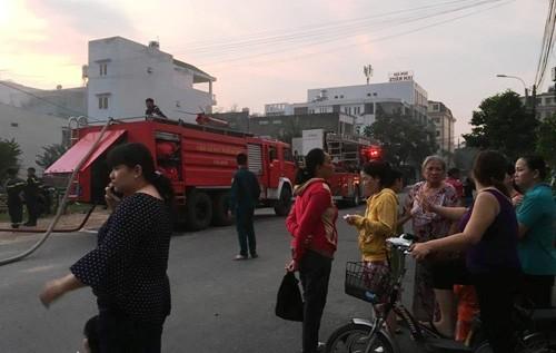 Chay no kinh hoang giua KDC, nguoi dan thao chay hon loan-Hinh-5