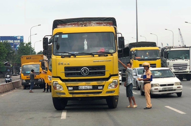 """TP HCM: """"Toat mo hoi"""" nhin canh xe tai lieu linh lao vao CSGT-Hinh-2"""