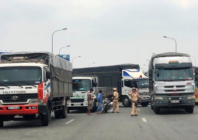 """TP HCM: """"Toat mo hoi"""" nhin canh xe tai lieu linh lao vao CSGT-Hinh-3"""