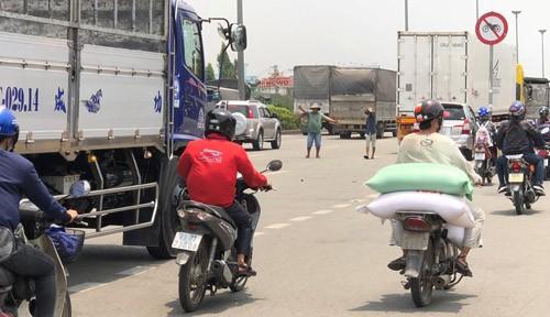 """TP HCM: """"Toat mo hoi"""" nhin canh xe tai lieu linh lao vao CSGT-Hinh-5"""