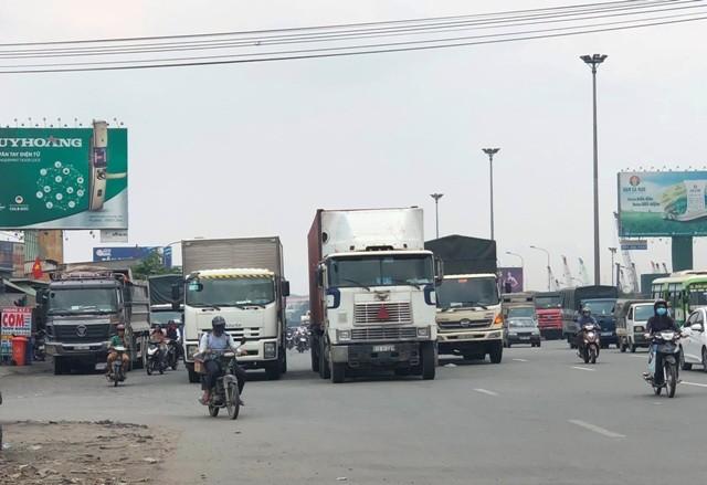 """TP HCM: """"Toat mo hoi"""" nhin canh xe tai lieu linh lao vao CSGT-Hinh-6"""