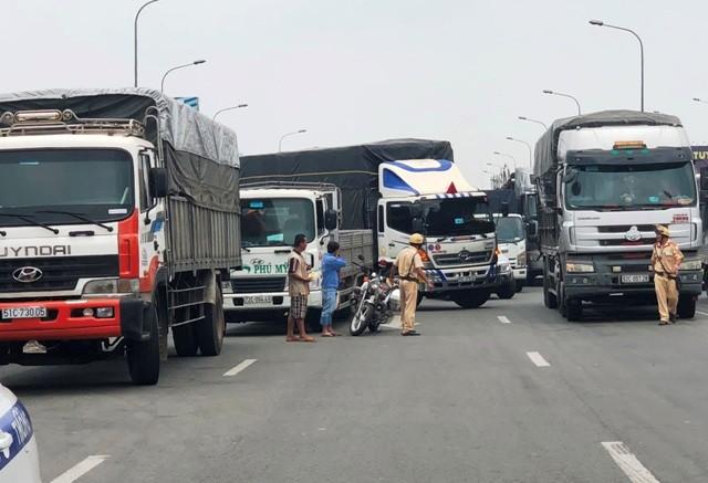 """TP HCM: """"Toat mo hoi"""" nhin canh xe tai lieu linh lao vao CSGT"""