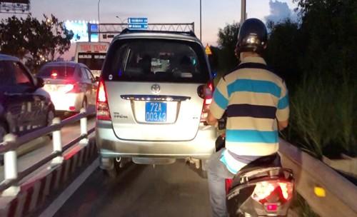 """Xe bien xanh """"chay lao"""" tren cao toc TP HCM - Long Thanh - Dau Giay"""