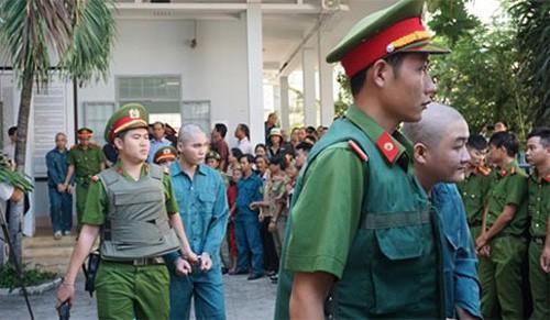 Dap pha tru so UBND tinh Binh Thuan, 30 nguoi bi xu tu