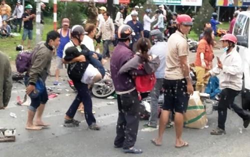 "Hai hung hien truong container ""ui"" nhieu xe may, hon 20 nguoi thuong vong-Hinh-5"