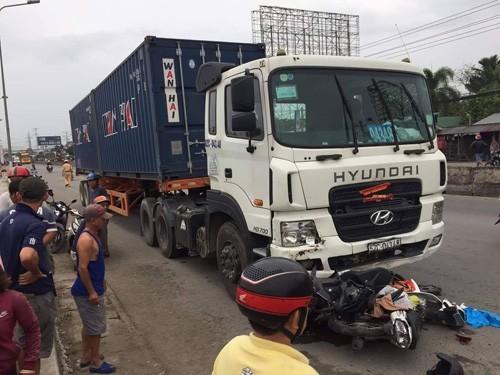 "Hai hung hien truong container ""ui"" nhieu xe may, hon 20 nguoi thuong vong-Hinh-2"