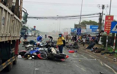 "Hai hung hien truong container ""ui"" nhieu xe may, hon 20 nguoi thuong vong-Hinh-3"