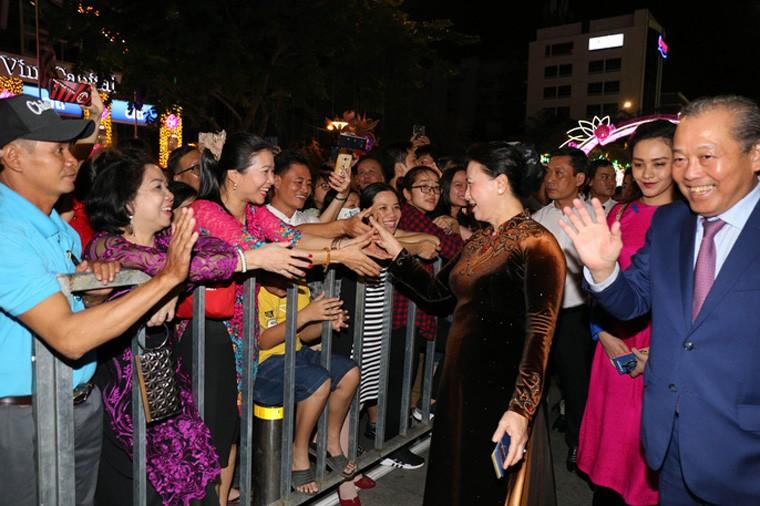 Duong hoa Nguyen Hue ruc ro trong dem khai mac-Hinh-5