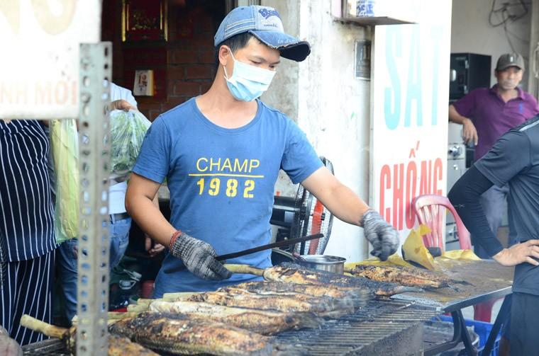 """Thanh nien """"ba dao"""" mua ca loc nuong via than tai tang ban gai ngay Valentine-Hinh-2"""