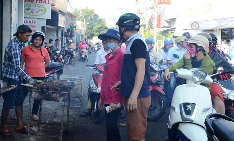 "Thanh nien ""ba dao"" mua ca loc nuong via than tai tang ban gai ngay Valentine"