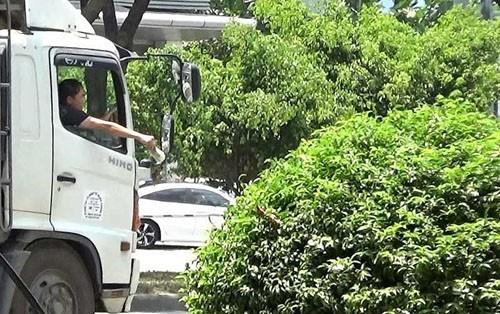 "Dang lam ro viec CSGT ""tiep tay"" cho xe tai chay gio cam"
