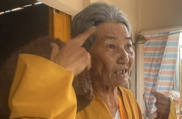 Lat tay nguoi phu nu gia su di xin tien de nuoi ban trai-Hinh-2