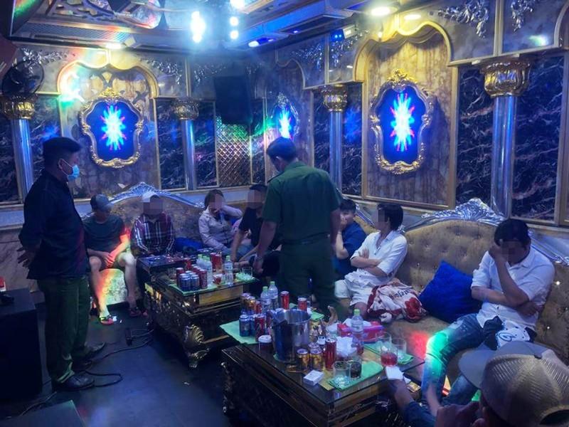 Cong an kiem tra quan bar, phat hien nguoi bi truy na-Hinh-2