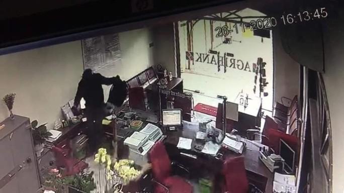 "Video: 3 phut thanh nien bit mat ""dai nao"" PGD ngan hang o Dong Nai"
