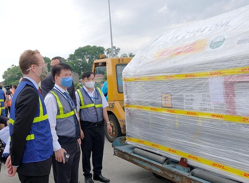 Hon 97.000 lieu vaccine Pfizer dau tien da ve Viet Nam-Hinh-4