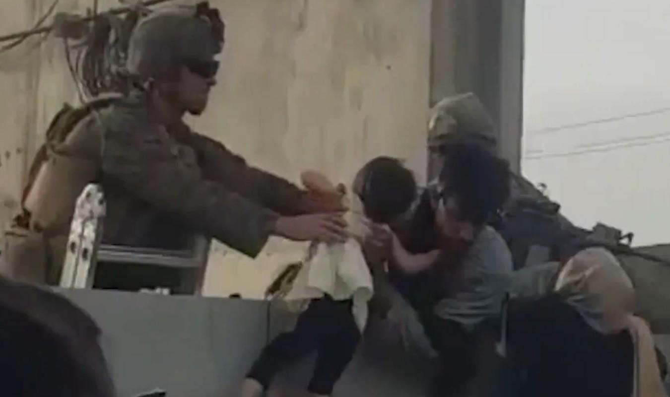 Afghanistan: Tre em duoc chuyen qua rao kem gai o san bay Kabul-Hinh-2