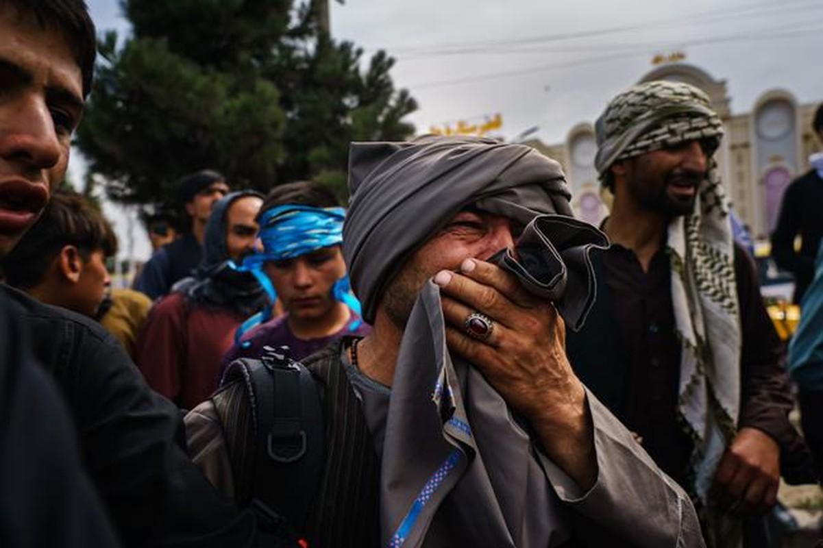 Afghanistan: Tre em duoc chuyen qua rao kem gai o san bay Kabul-Hinh-5