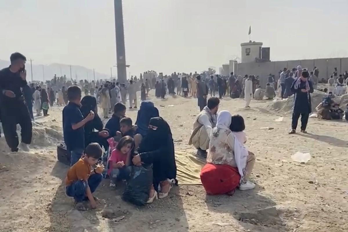 Afghanistan: Tre em duoc chuyen qua rao kem gai o san bay Kabul-Hinh-6