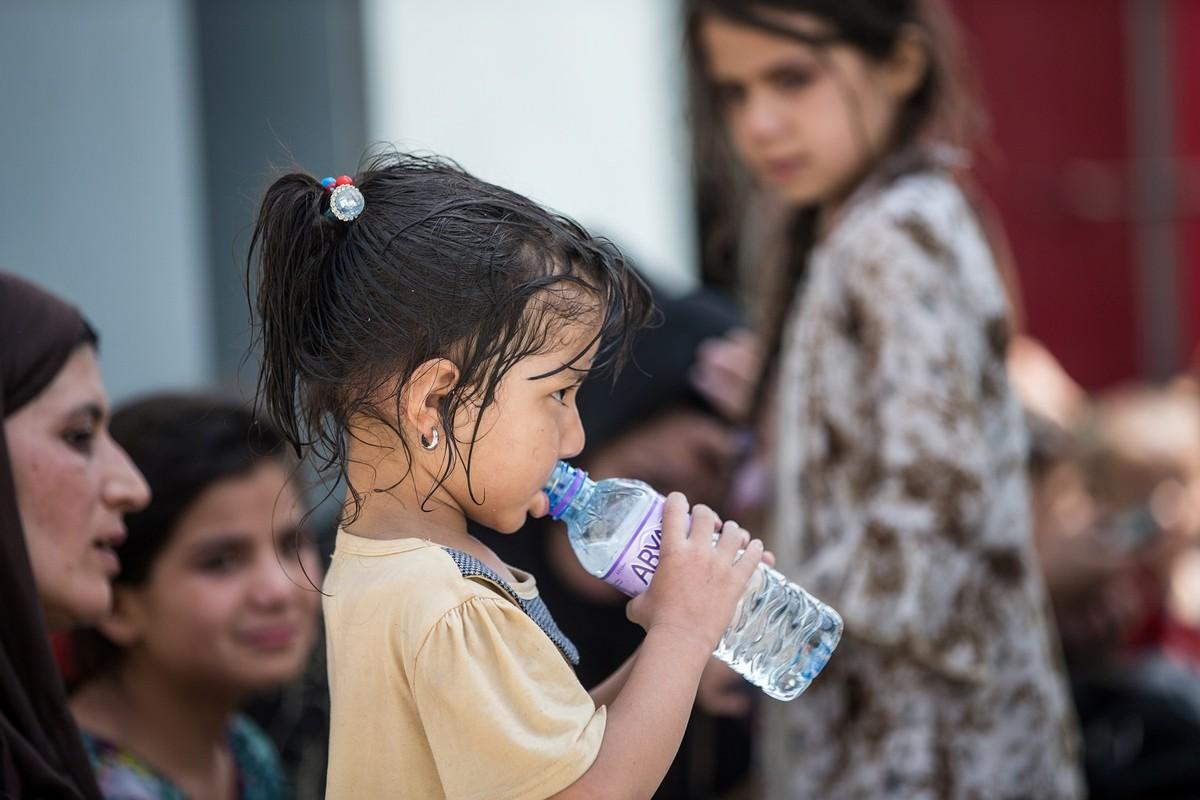 Afghanistan: Tre em duoc chuyen qua rao kem gai o san bay Kabul-Hinh-7