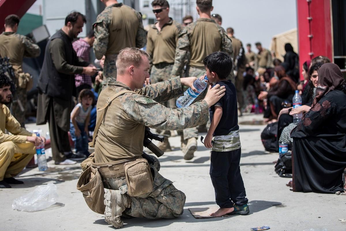 Afghanistan: Tre em duoc chuyen qua rao kem gai o san bay Kabul-Hinh-8