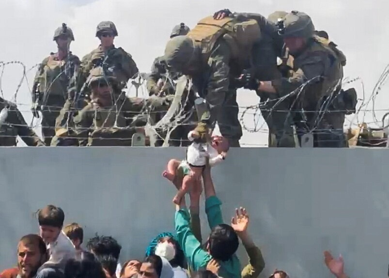 Afghanistan: Tre em duoc chuyen qua rao kem gai o san bay Kabul