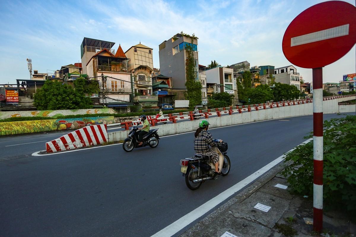 Hang loat nguoi di xe may nguoc chieu o nut giao Chuong Duong-Hinh-10