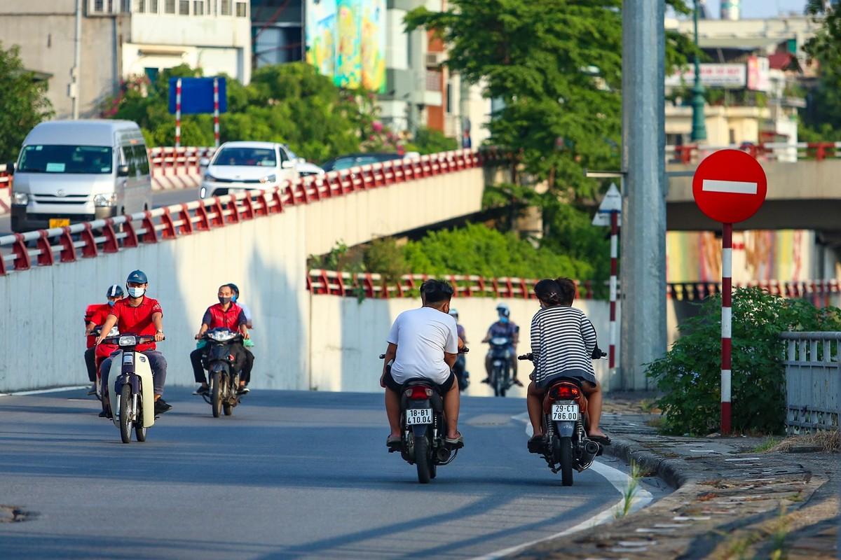 Hang loat nguoi di xe may nguoc chieu o nut giao Chuong Duong-Hinh-2