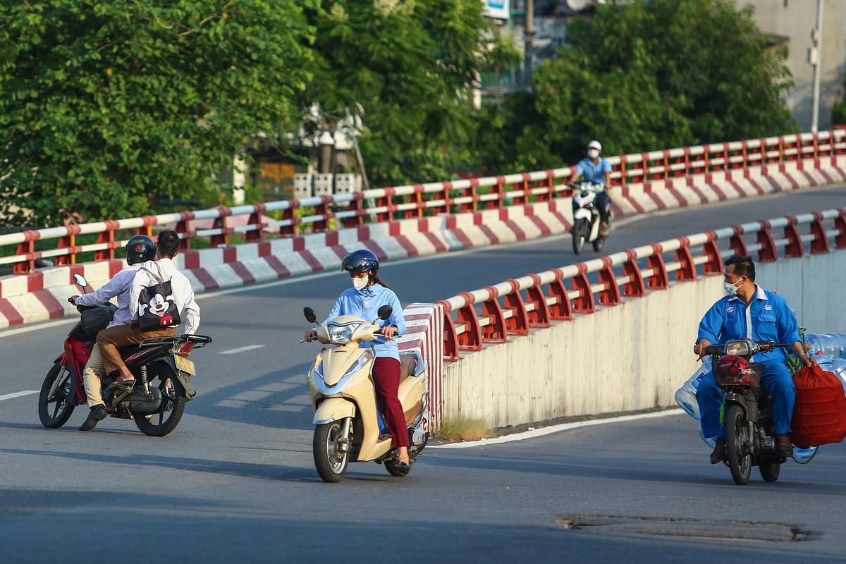 Hang loat nguoi di xe may nguoc chieu o nut giao Chuong Duong-Hinh-4