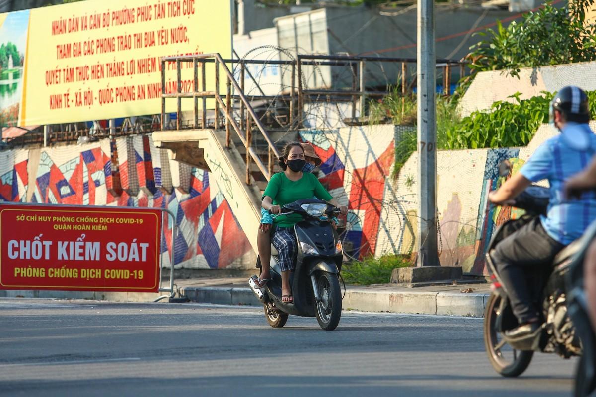 Hang loat nguoi di xe may nguoc chieu o nut giao Chuong Duong-Hinh-5