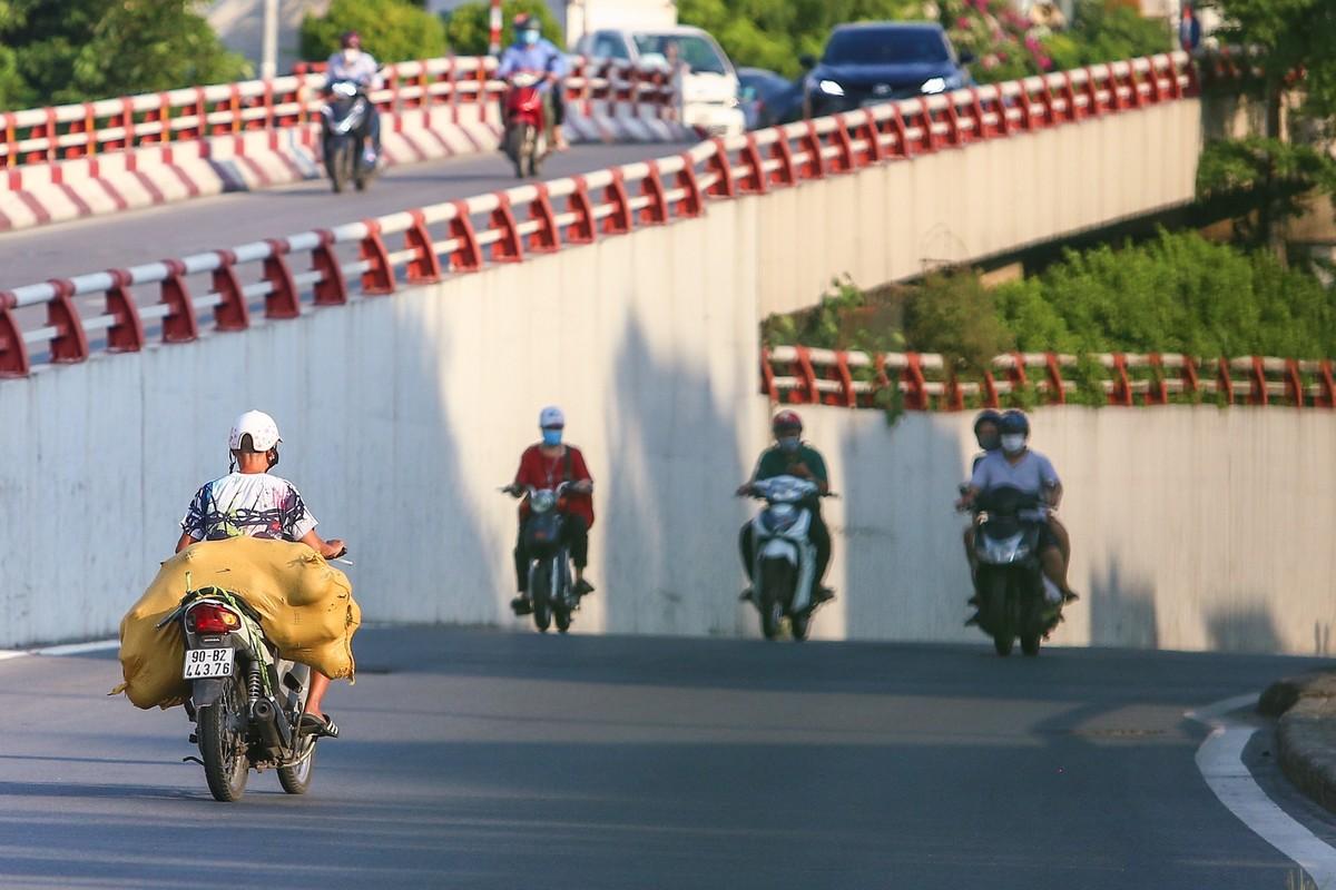 Hang loat nguoi di xe may nguoc chieu o nut giao Chuong Duong-Hinh-6
