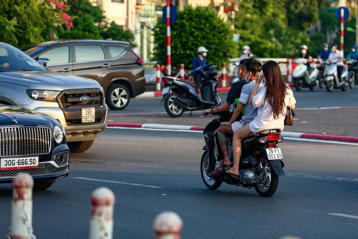 Hang loat nguoi di xe may nguoc chieu o nut giao Chuong Duong-Hinh-9