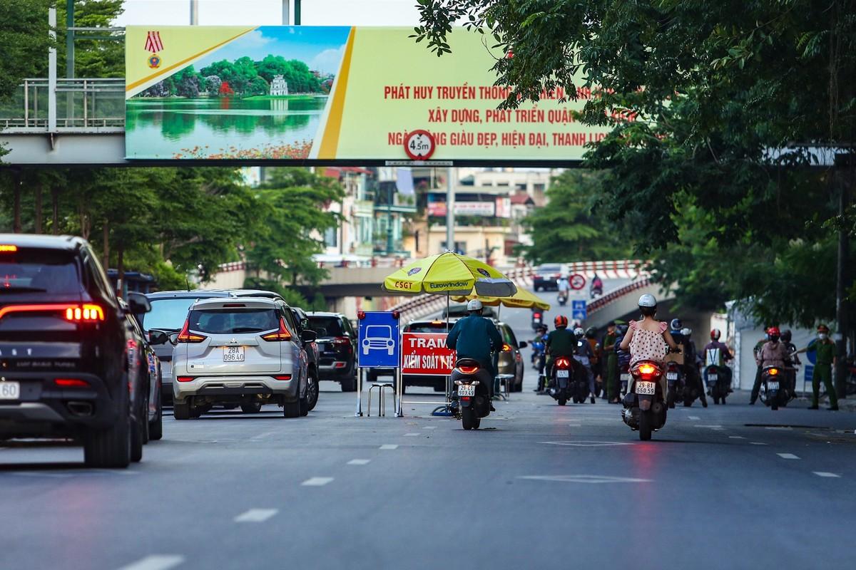 Hang loat nguoi di xe may nguoc chieu o nut giao Chuong Duong