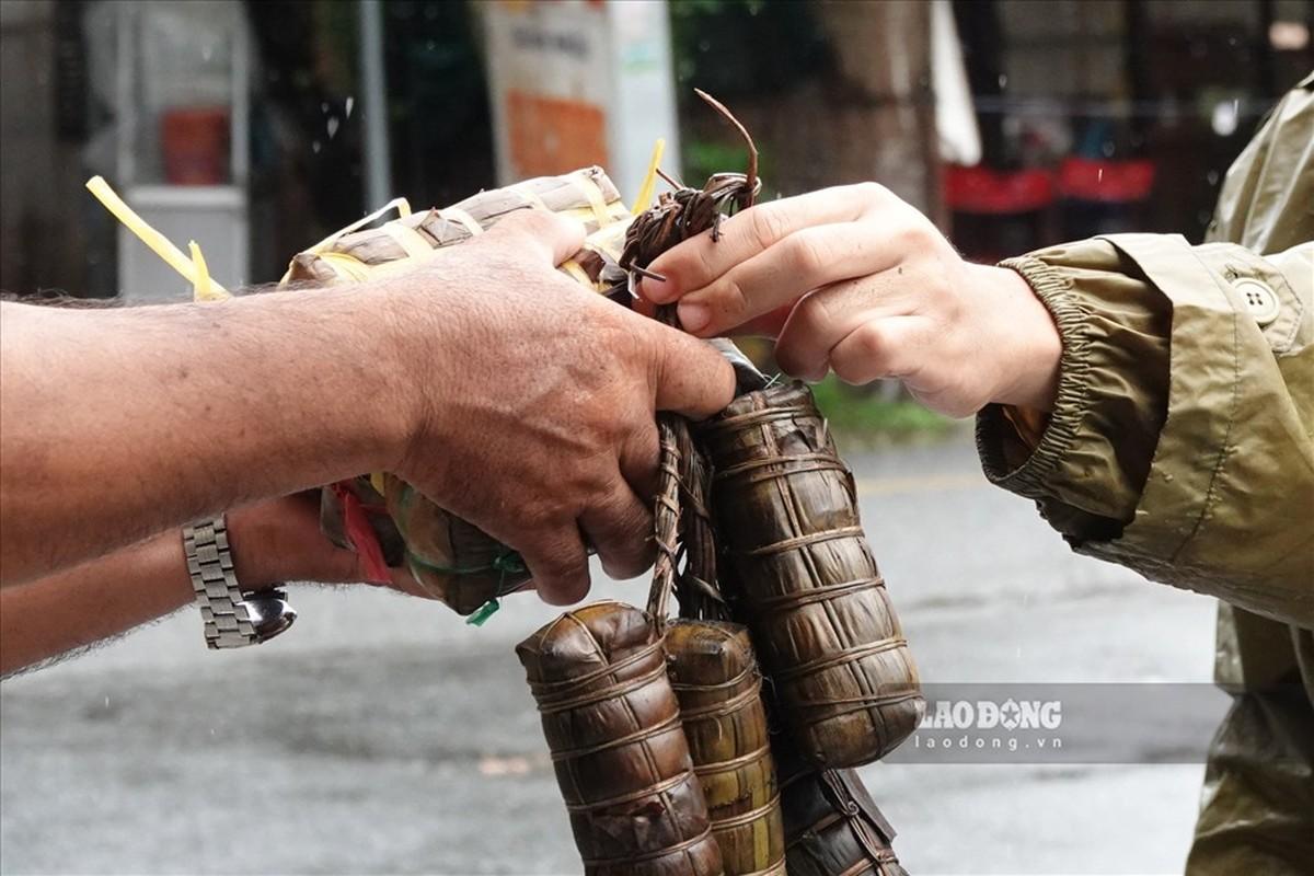 Trung uy cong an dam mua, dai nang giup dan vuot qua dai dich-Hinh-5