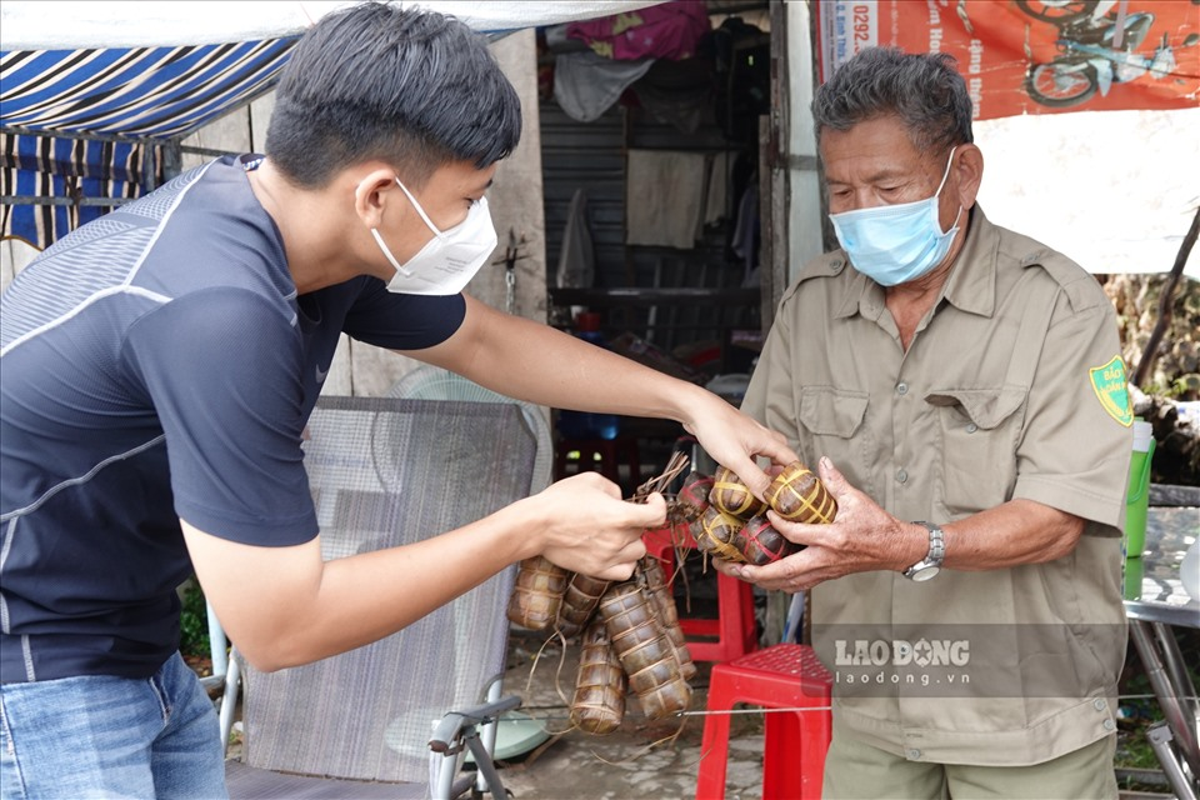 Trung uy cong an dam mua, dai nang giup dan vuot qua dai dich-Hinh-6
