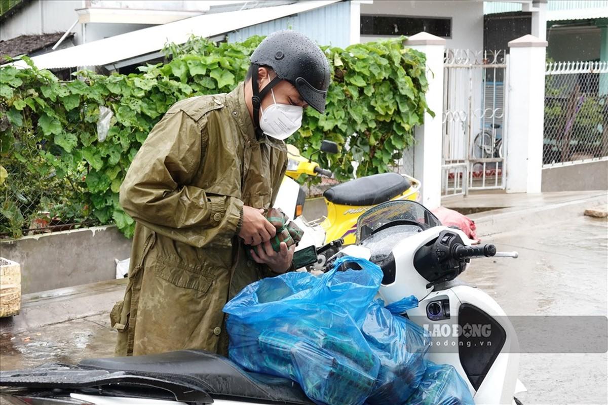 Trung uy cong an dam mua, dai nang giup dan vuot qua dai dich-Hinh-9