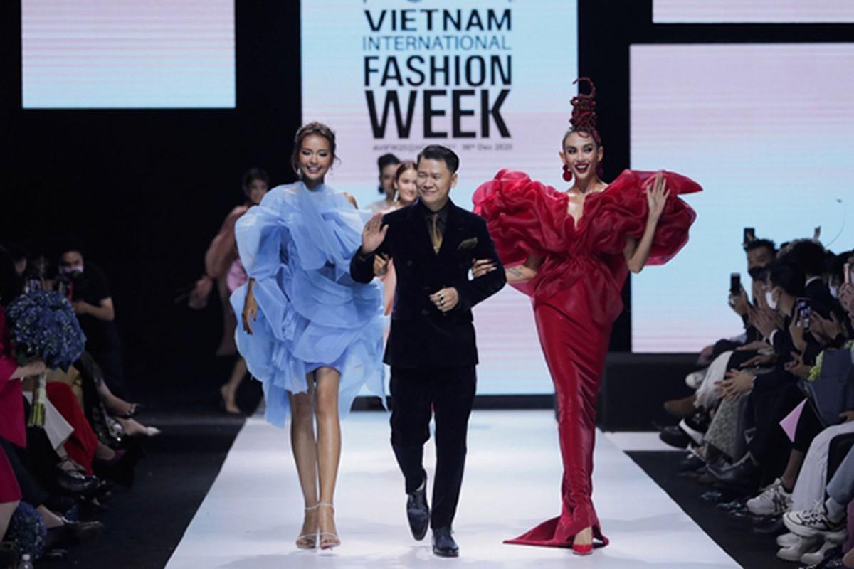 Vo Hoang Yen catwalk dinh cao nhu vu cong dang nhay mua-Hinh-10