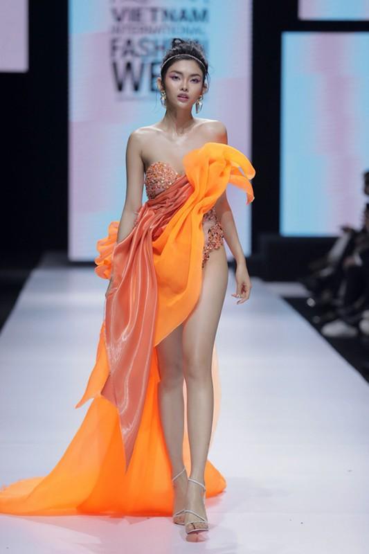 Vo Hoang Yen catwalk dinh cao nhu vu cong dang nhay mua-Hinh-7