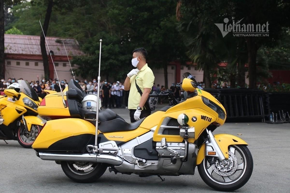 Hoai Linh len xe dan doan tang ra san bay tien biet Chi Tai-Hinh-10