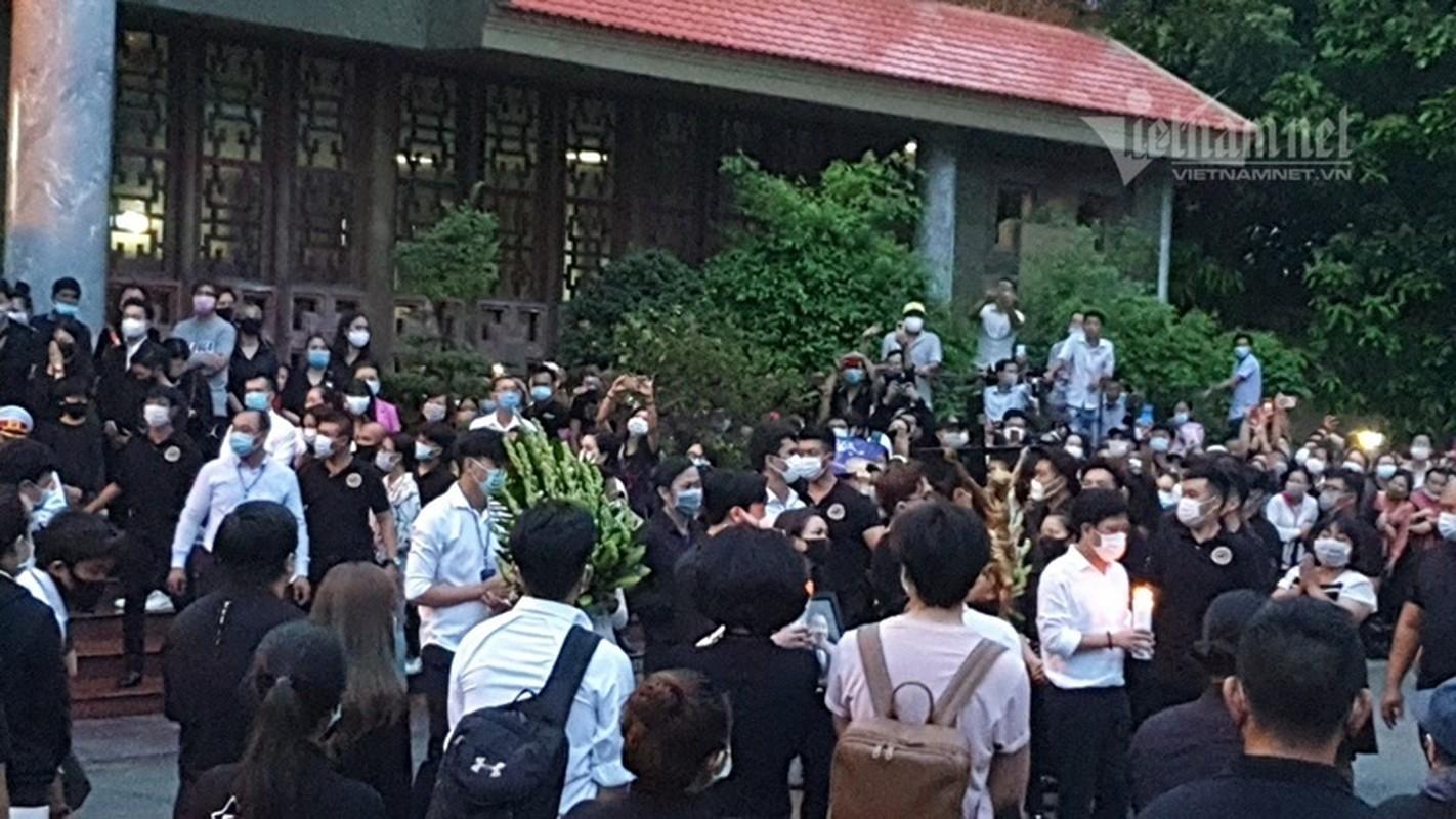 Hoai Linh len xe dan doan tang ra san bay tien biet Chi Tai-Hinh-11