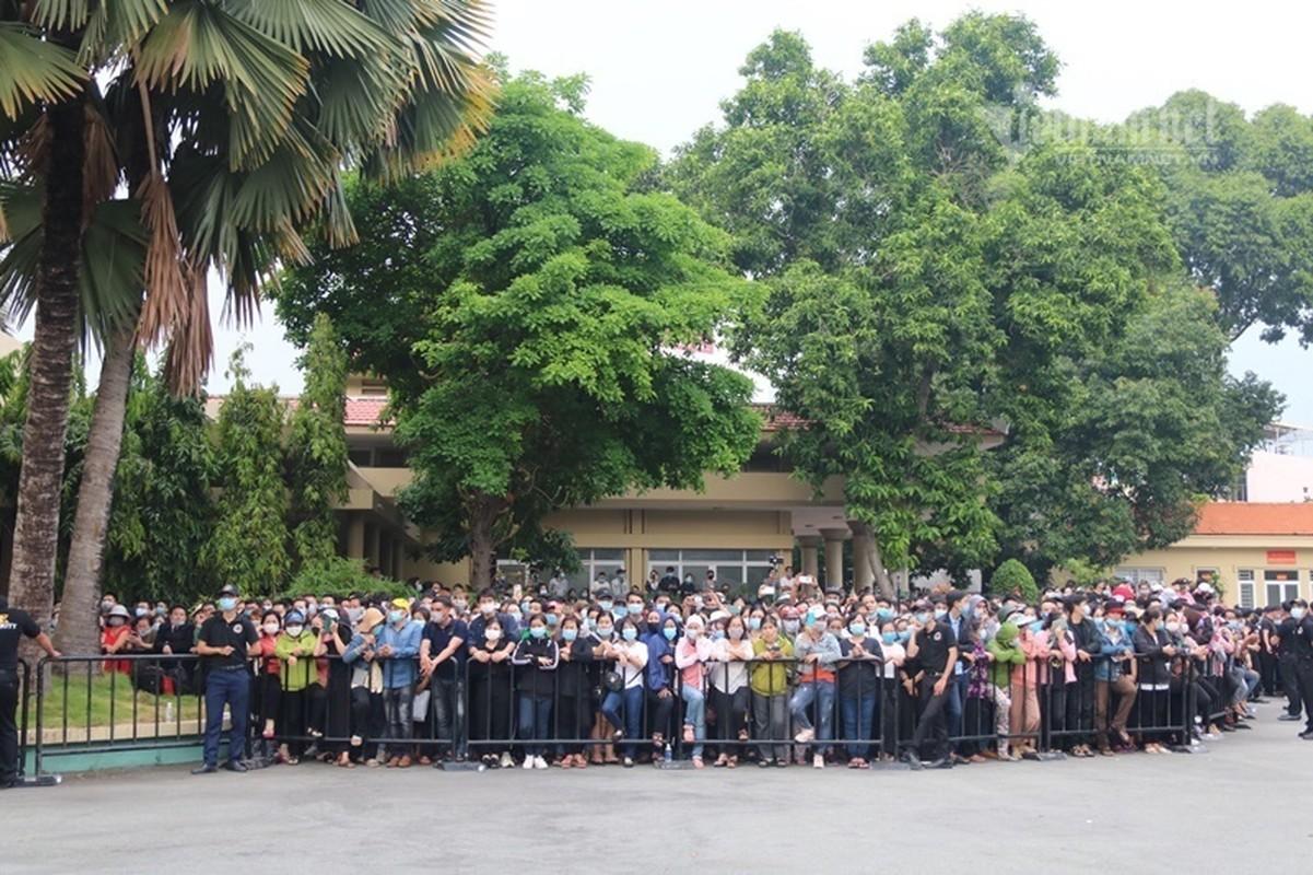 Hoai Linh len xe dan doan tang ra san bay tien biet Chi Tai-Hinh-2