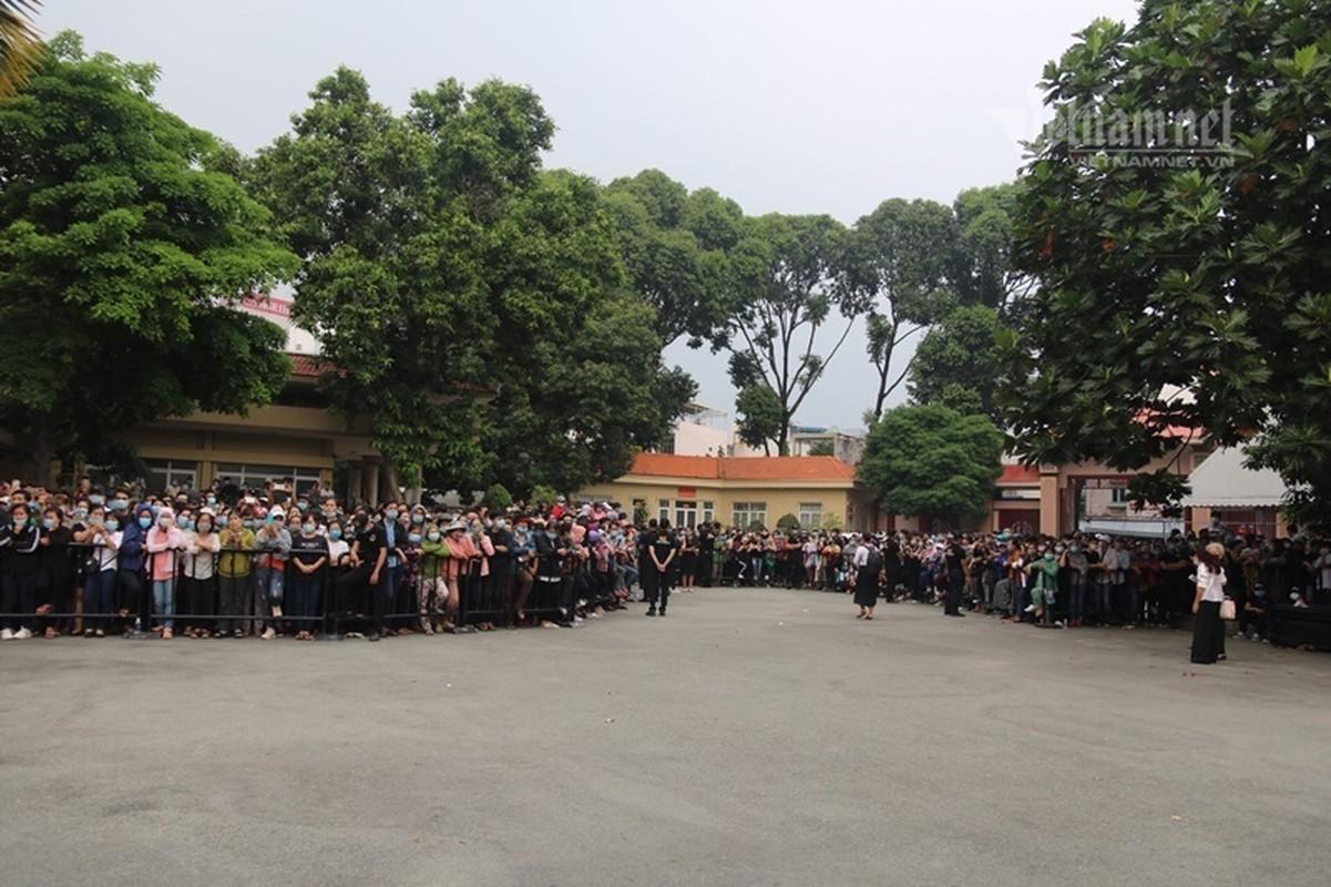 Hoai Linh len xe dan doan tang ra san bay tien biet Chi Tai-Hinh-3