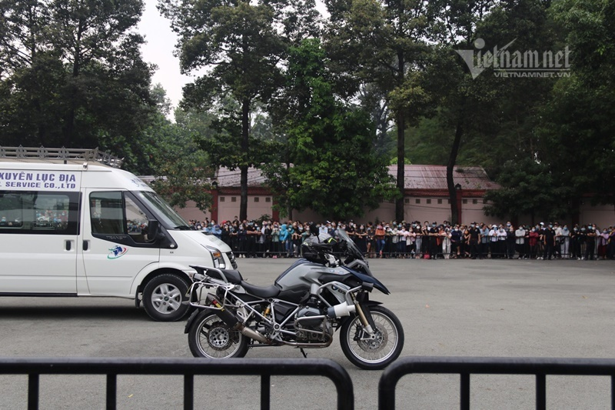 Hoai Linh len xe dan doan tang ra san bay tien biet Chi Tai-Hinh-5