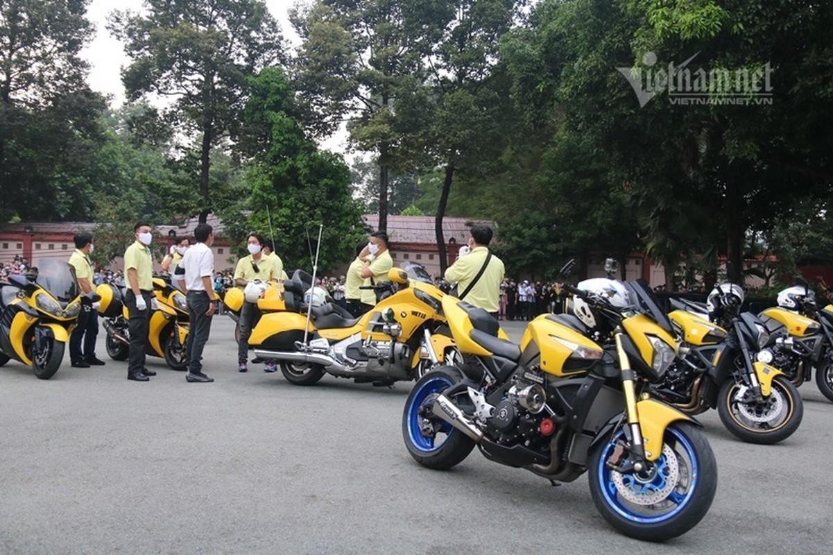 Hoai Linh len xe dan doan tang ra san bay tien biet Chi Tai-Hinh-6
