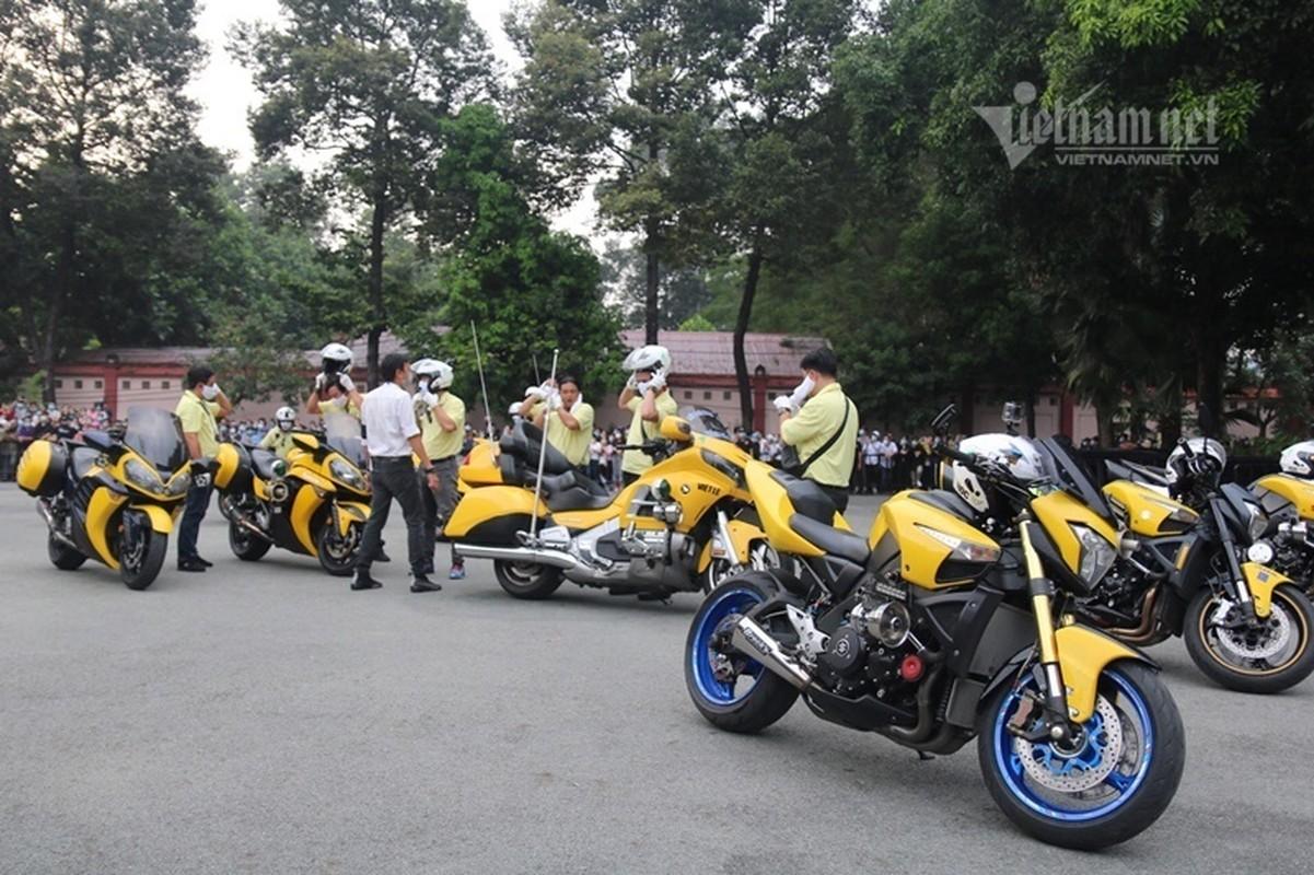 Hoai Linh len xe dan doan tang ra san bay tien biet Chi Tai-Hinh-7