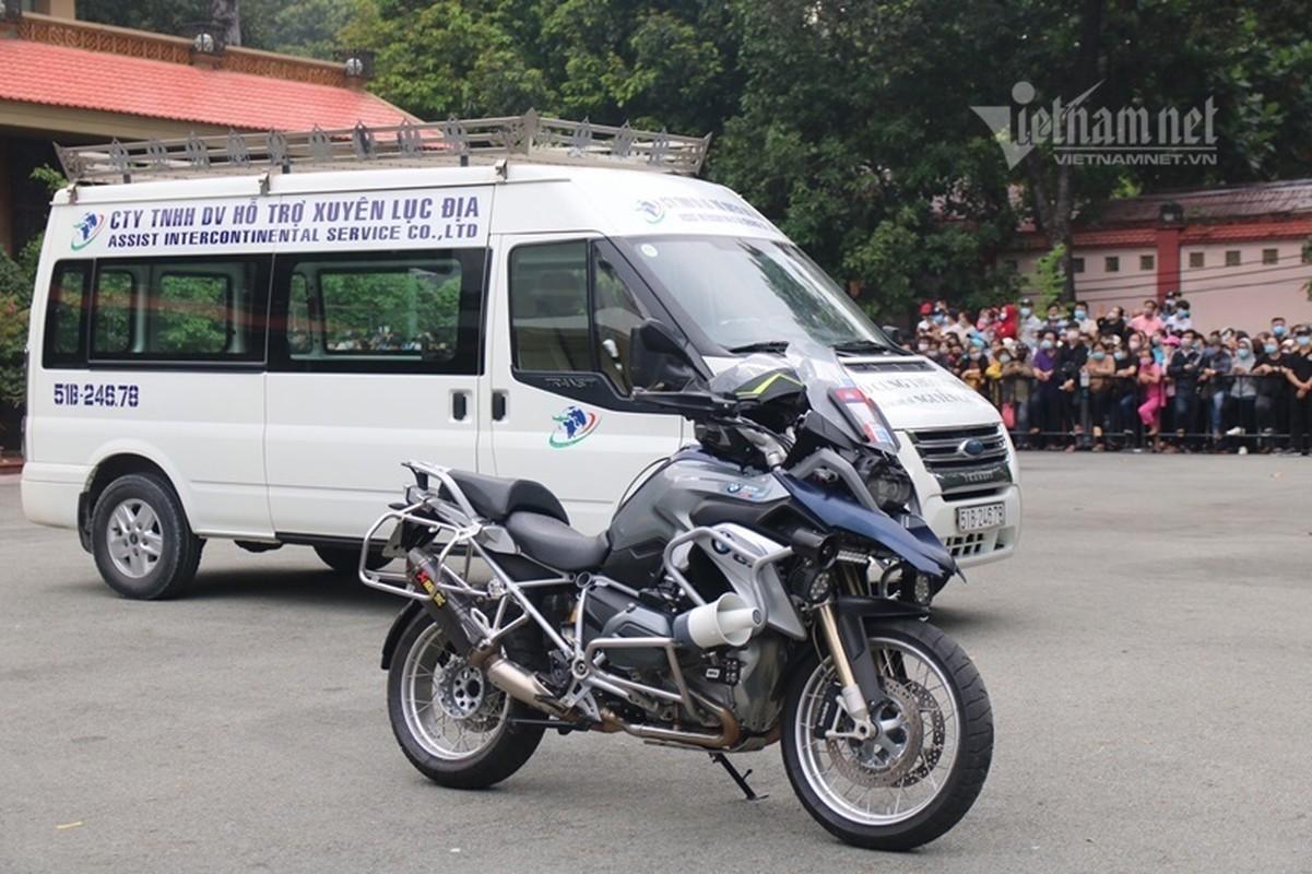 Hoai Linh len xe dan doan tang ra san bay tien biet Chi Tai-Hinh-9