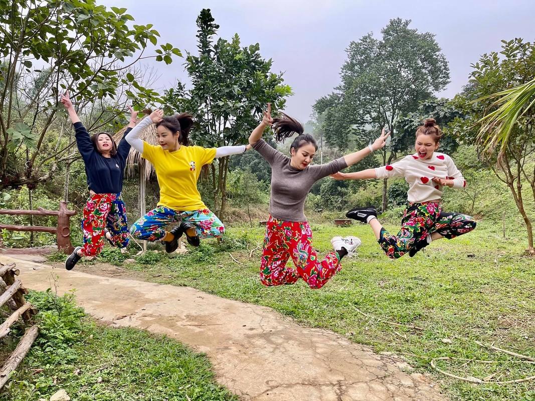 Chi Trung dien ao do hanh phuc ben ban gai kem 17 tuoi-Hinh-13