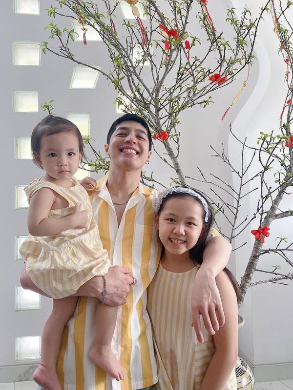 Chi Trung dien ao do hanh phuc ben ban gai kem 17 tuoi-Hinh-6