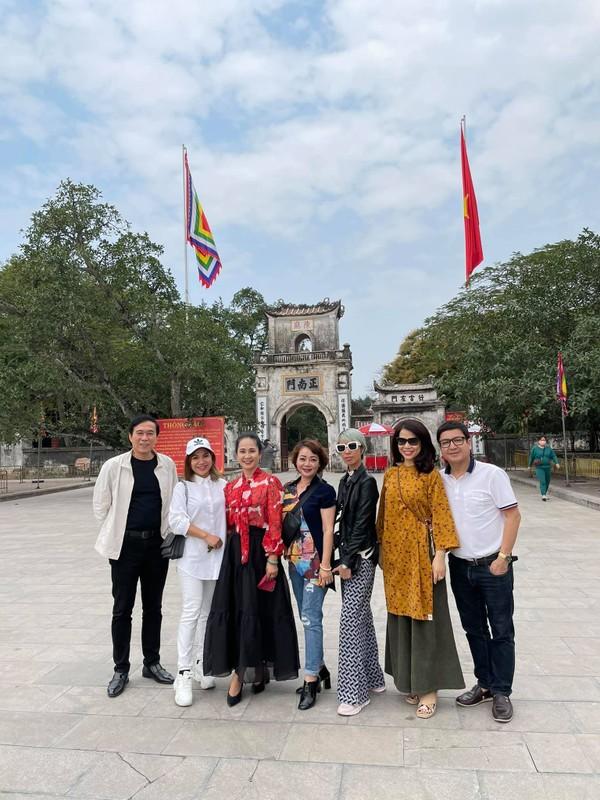 Chi Trung va ban gai kem 17 tuoi an yen khi o que-Hinh-4