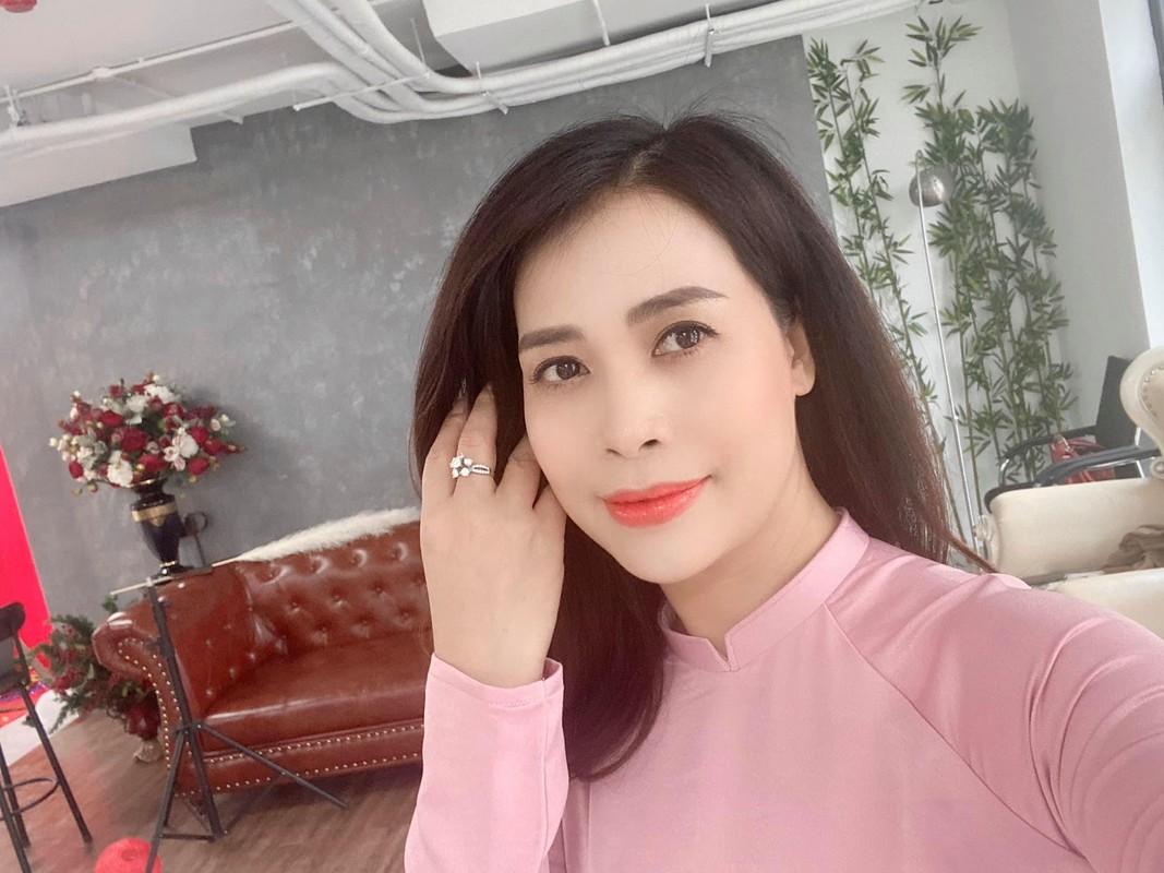 Ban gai kem 17 tuoi cua Chi Trung xinh dep o tuoi 43-Hinh-9