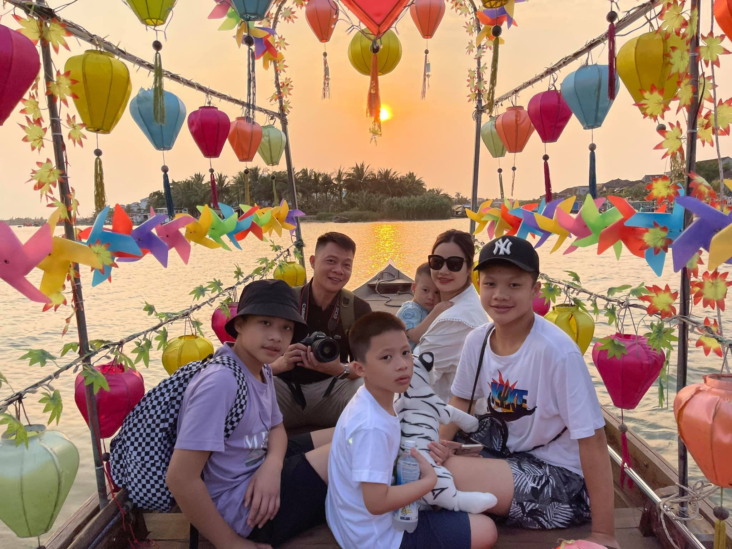 BTV Quang Minh vui ve tham Hoi An cung vo va 4 con trai